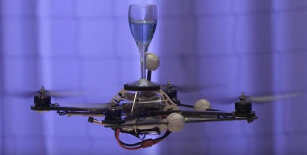 Quadrocopter mit Wasserglas