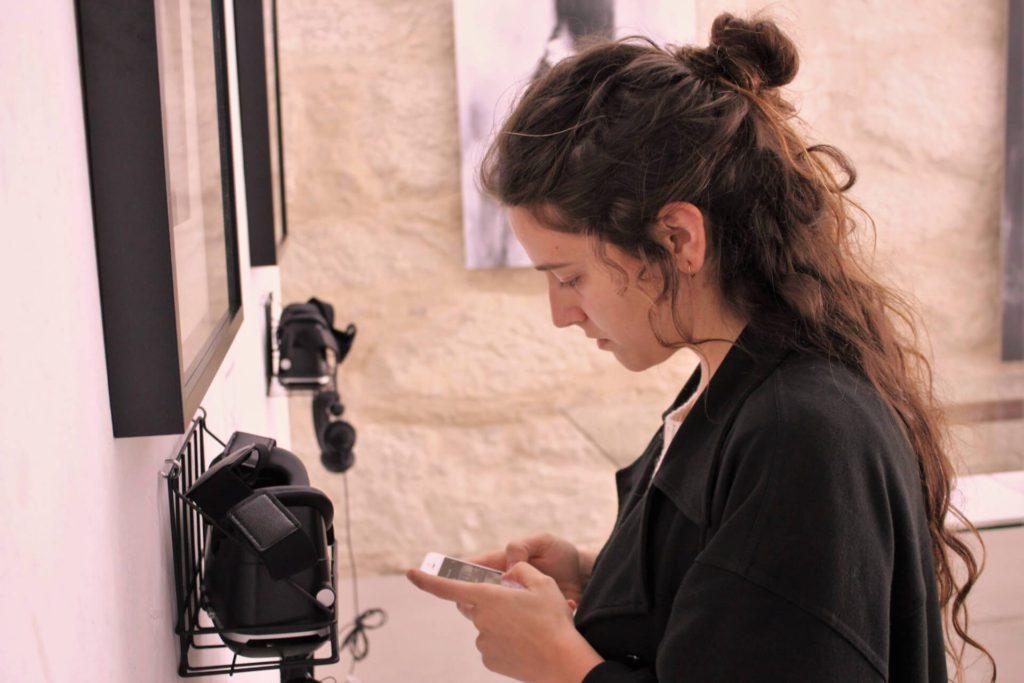 Silvia Grav mit iPhone und VR-Brillen