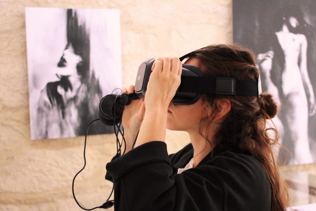 Silvia Grav mit VR-Brille