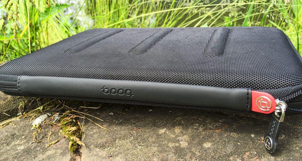 """Definitiv eine MacBook Hülle mit Schutzfunktion: Das Viper Case von der """"Rückseite"""", wo die Reißverschlüsse enden."""