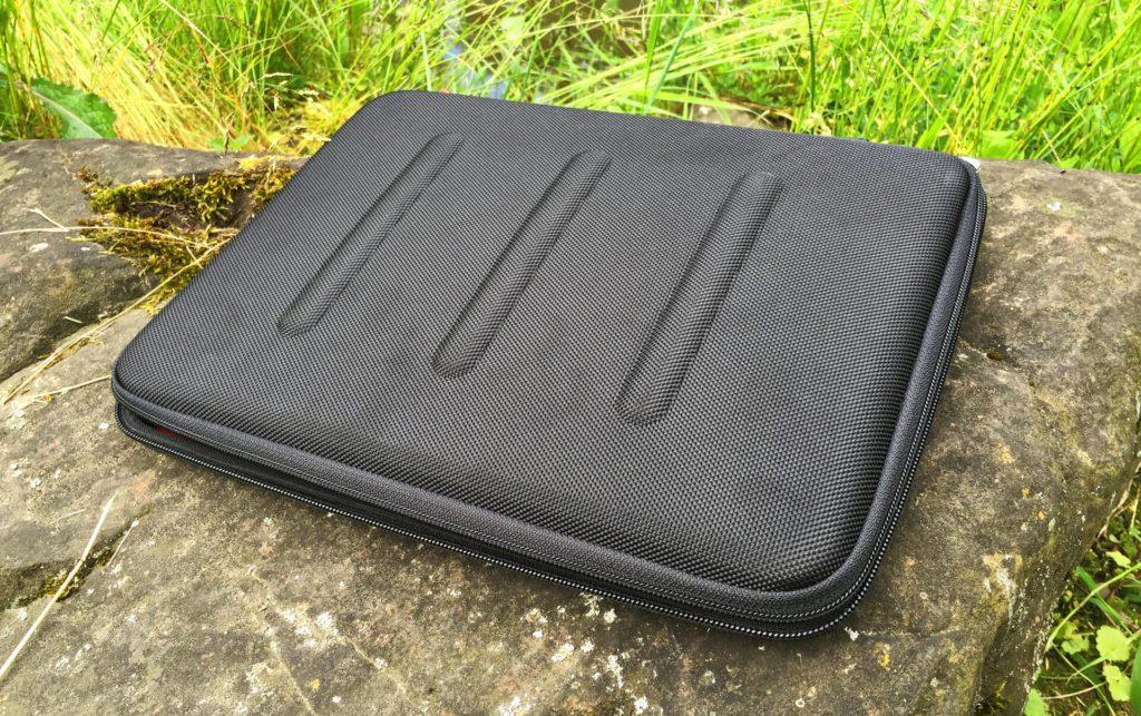 Das Viper Hardcase von booq bietet Schutz für MacBooks von Apple. Hier das 13 Zoll Modell für das MacBook mit USB-C Anschluß. Man sieht deutlich die drei Stege, die zusätzliche Stabilität bieten (Fotos: Sir Apfelot).