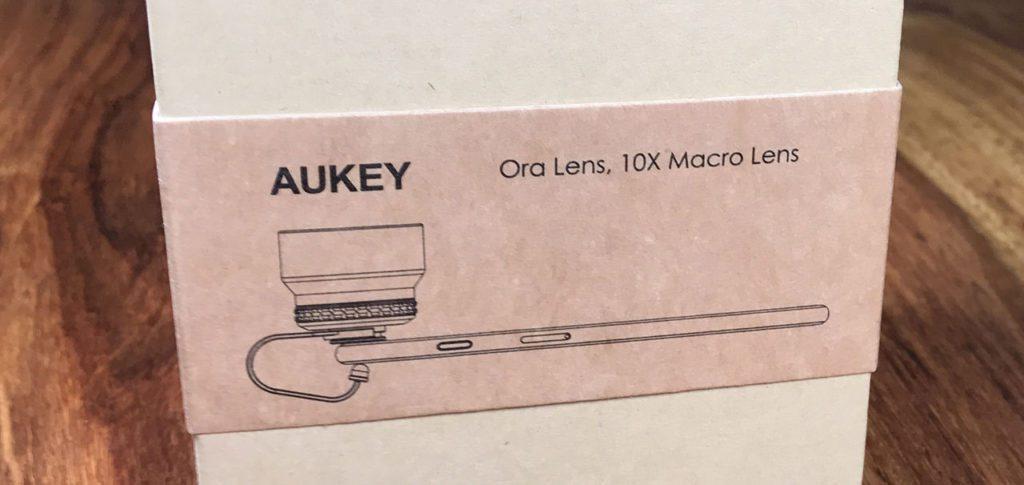 Die Zeichnung auf der Aukey Verpackung zeigt schön, wie das Makro-Objektiv am iPhone angebracht wird (Fotos: Sir Apfelot).