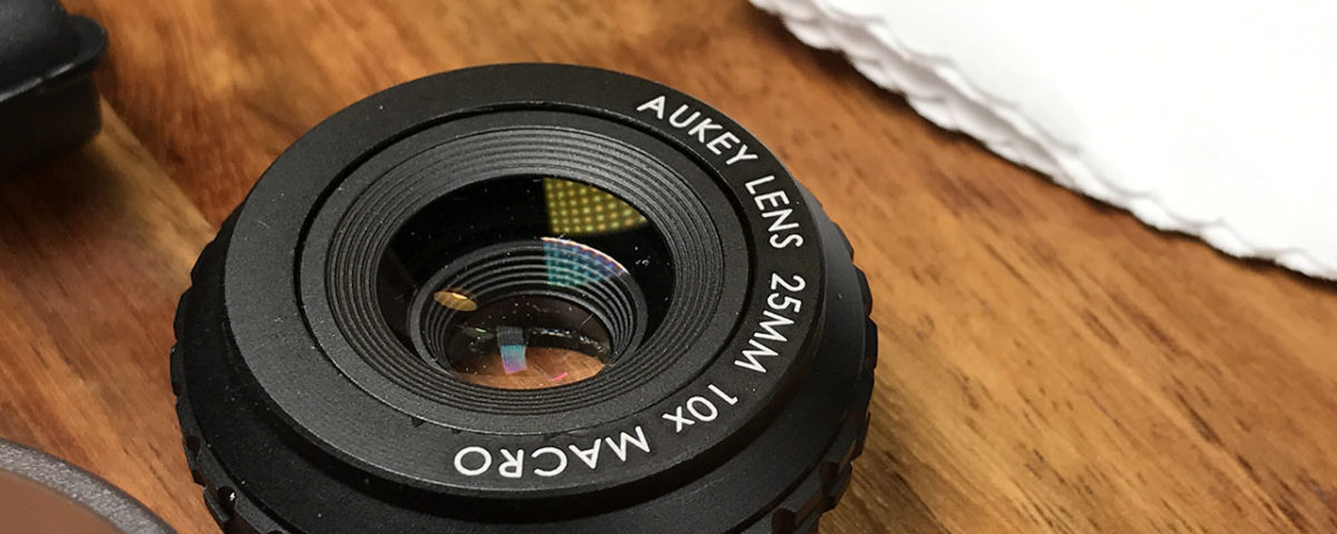 Das iPhone Makro Objektv von Aukey im Detail. Man sieht deutlich die Vergütung der Linsenoberfläche, die gegen Spiegelungen, Flares und Geisterbilder helfen soll.