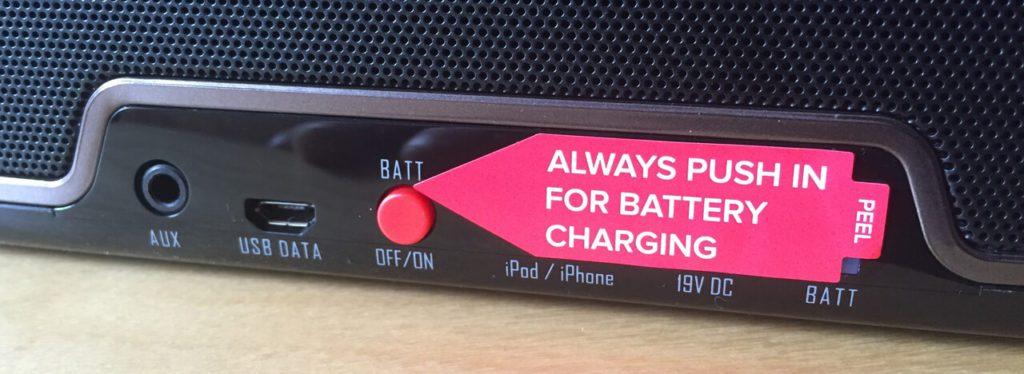 Der mechanische Batterie-Schalter am RIVA Turbo X wirkt etwas antiquiert, aber schont den Akku. Da es häufig zu Verwirrung kommt, hat RIVA hier schon mit einem Aufkleber vorgesorgt, was beim Laden zu tun ist.