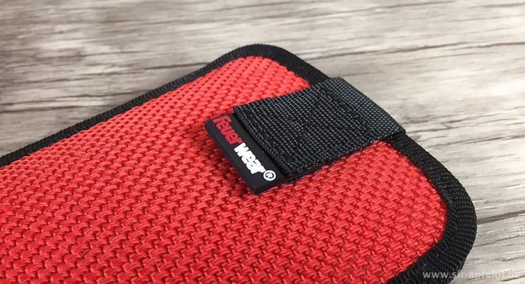 """Gut verpackt: Das iPhone 7 Plus im Slide-Case """"Mitch"""" von Feuerwear."""