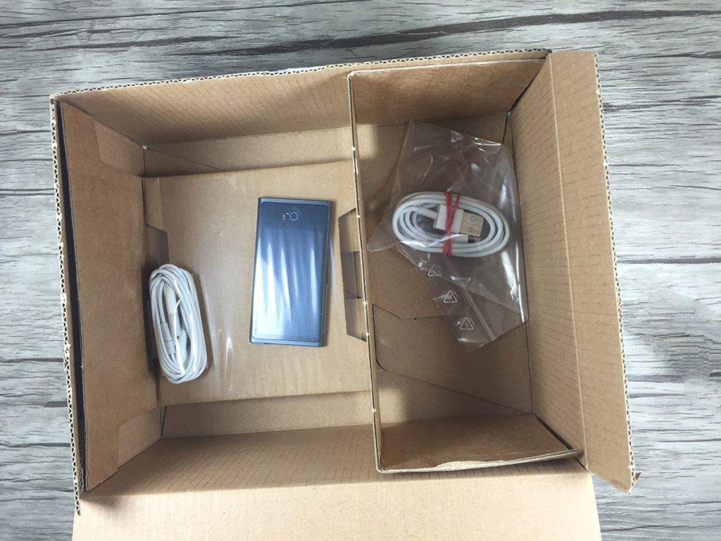 Mein iPod Nano 7G – gebraucht gekauft bei Rebuy. Gut verpackt und fest eingeschweißt kam das Gerät bei mir an. Das Ladekabel und die Kopfhörer werden aus Hygienegründen immer gegen neue ausgetauscht (Foto: Sir Apfelot).