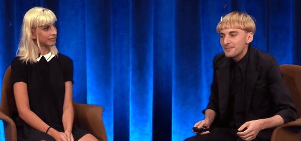 Neil Harbisson (rechts) mit Moon Ribas (links) bei Google im Gespräch. Den Google Talk über Cyborg-Technologie findet ihr als Video weiter unten im Artikel. Bildquelle: YoutTube