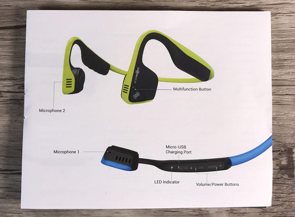Hier sieht man die drei Knöpfe zur Bedienung des Kopfhörers, sowie den Ladeanschluss und die Lage der Mikrofone. Man kann diesen Sport-Kopfhörer durchaus auch als Headset nutzen.