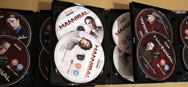 Die drei aktuellen Staffeln der Hannibal Serie auf insgesamt 12 DVDs; 39 Episoden und reichlich Bonusmaterial - Foto: Sir-Apfelot.de / Johannes Domke