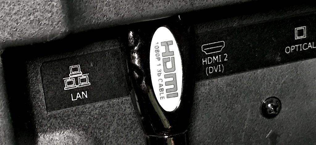 Der HDMI Anschluss ist der gängige Anschluß, um Geräte wie DVD-Player, Bluray-Player und Fernseher zu verbinden. Auch viele Computer verfügen über solch einen Ausgang (Foto: Sir Apfelot).