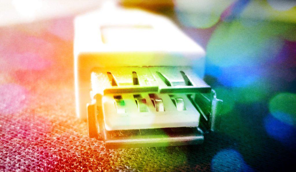 Der Einsatz einer USB Einbaubuchse bietet flexible Möglichkeiten, seine USB Geräte zu laden oder zu vernetzen (Foto: Pixabay).