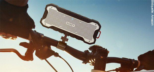 Der AUKEY SoundTank (SK-M12) kann auch mal runterfallen, wie man auf dem GIF in diesem Artikel sieht. Damit das beim Mountainbiking nicht passiert, könnt ihr den Bluetooth Lautsprecher für Outdoor-Abenteuer per Stativschraube sichern.