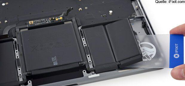 Der dreiteilige Akku des MacBook Pro 2016 mit 13'' Größe. Eine MacBook Pro Powerbank bzw. mehrere externe Akkus, die in Frage kommen und einen USB-C Anschluss unterstützen, findet ihr hier.