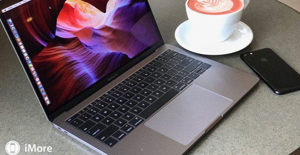 Wer ein MacBook Pro von Apple im Test hat, arbeitet damit natürlich auch mal im Coffee Shop. Dort fällt die Tastaturlautstärke gar nicht so arg auf - zuhause dann aber doch, so Ritchie im Testbericht. Bild: iMore.com 2017