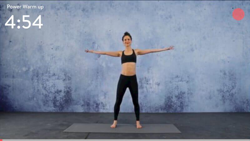 Während des Trainings kann man im Video sehen, wie die Übung durchgeführt wird und zusätzlich sieht man links oben die verbleibende Zeit des Workouts, unten einen dünnen, roten Fortschrittsbalken und rechts oben beim roten Punkt sieht man bei Übungen mit Wiederholungen, wieviele noch anstehen.