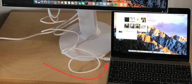Ein USB-C-Kabel reicht, um das MacBook mit dem Eizo Monitor zu verbinden. Die restlichen USB-Geräte kann man dann an die zwei USB-Anschlüsse des Monitors stecken (mit einem Hub natürlich noch mehr als zwei!).