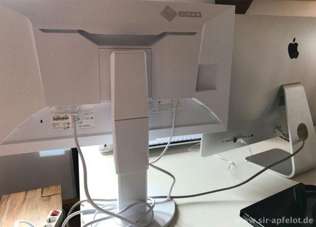 Rückansicht des Eizo (links) und des 27 Zoll iMac (rechts): Für große Menschen ist die Möglichkeit, den Eizo-Monitor so weit hoch stellen zu können, sehr angenehm.