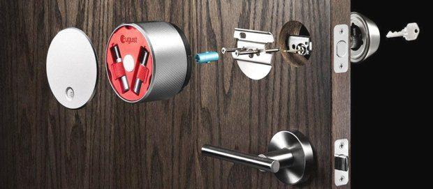 Ein August Smart Lock als Beispiel für HomeKit kompatible Schlösser, die per Siri, Alexa und Co geöffnet werden können. Die Smart Home Sicherheit ist durch solche Schlösser allerdings gefährdet. Bildquelle: Amazon