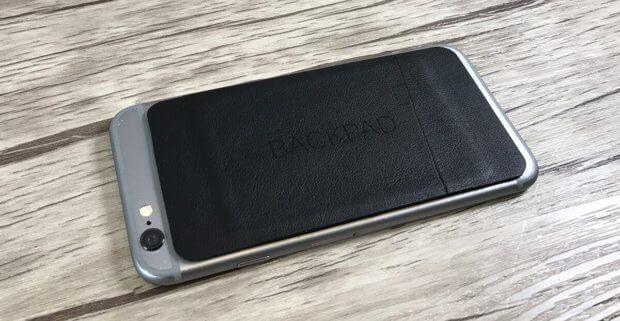 So sieht das Backpad auf meinem iPhone 6 (silber) aus. Es wird dadurch griffiger und rutscht deutlich weniger schnell aus der Hand.