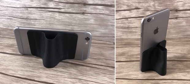 Wenn man die Enden des Backpad etwas näher zusammen anbringt, erhält man einen improvisierten Ständer für sein iPhone. Für Videoschauen ok, für häufiges Antippen jedoch ein bisschen wackelig.