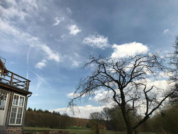 Foto des Himmels mit CPL-Filter: Hier sieht man, dass das Blau dunkler ist und die Wolken mehr Struktur und Kontrast haben. Leider sieht man auch, dass ich durch die zusätzliche Glasplatte vor der Linse Schmutz mit ins Bild bekommen habe.