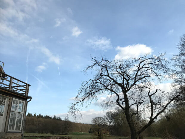Foto des Himmels ohne CPL-Filter: Das blau ist deutlich heller und die Wolken weniger voluminös als im unteren Bild.