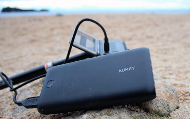 Auf einer Wanderung noch schnell die GoPro mit der AUKEY Powerbank aufladen. Dank 20.000 mAh ist das ganz oft möglich. Testbericht