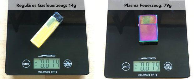 Kein Leichtgewicht: Das elektrische USB-Feuerzeug bringt mit 79 Gramm deutlich mehr auf die Waage als ein handelsübliches Gasfeuerzeug. Das Gewicht entspricht jedoch in etwa dem von Benzinfeuerzeugen (Foto: Sir Apfelot).