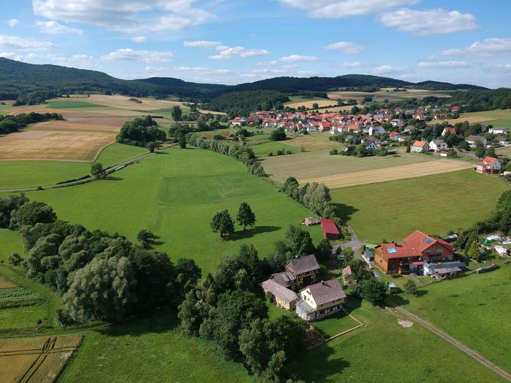 Diese Ortschaft heißt Dodenhausen und gehört zur Gemeinde Haina. Auch die kann die Spark ordentlich ablichten.