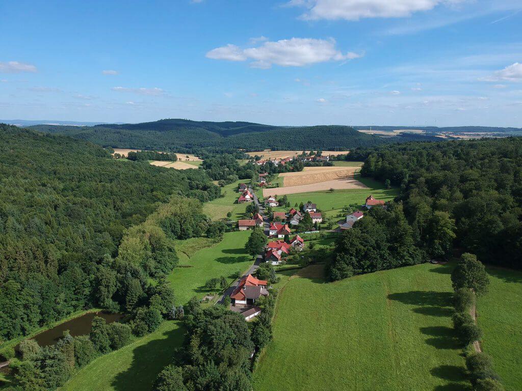 Hier eine Aufnahme des Ortes Schönstein (Gilserberg) – wie man sieht, gibt es hier jede Menge Wald. ;-)