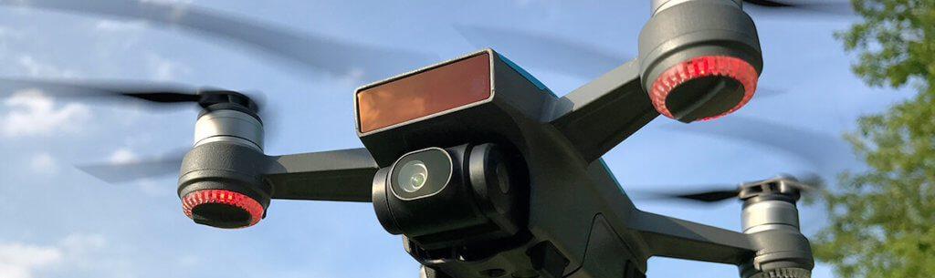 Die vorderen LED-Ringe der Spark geben euch bei der Gestensteuerung Auskunft, ob ein Kommando ankam (grünes Dauerleuchten) oder ob ein Problem vorliegt (rotes Blinken).
