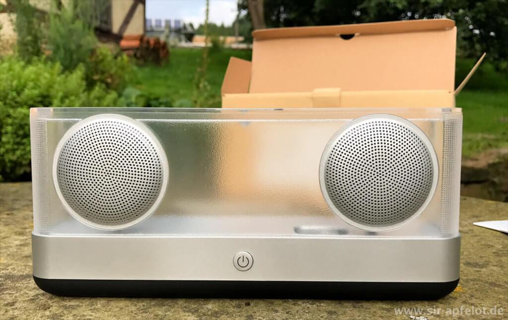 Silbernes und transparentes Acryl bestimmen die Optik der Bluetooth-Box von Inateck.