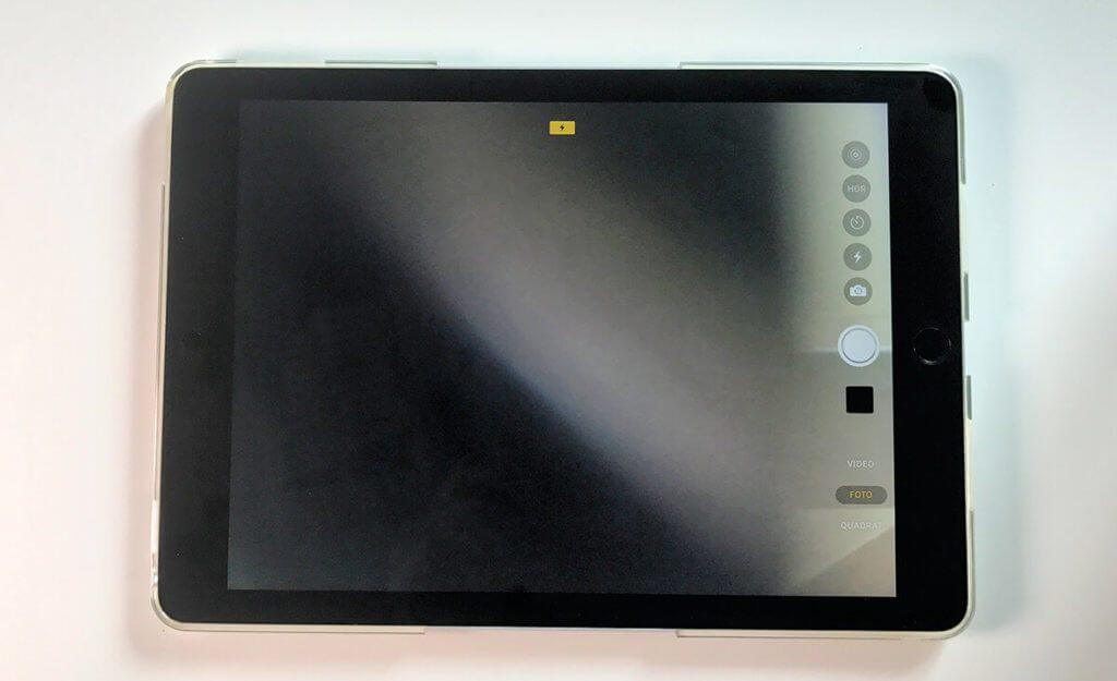 Um direkt beim Abkleben die Position der Sticker zu prüfen, ist es hilfreich, die Kamera zu aktivieren. So sieht man gleich, wenn der Webcam-Sticker – wie hier bei mir – falsch positioniert ist.