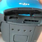 geöffnete Abdeckung auf der Rückseite mit Micro-USB-Anschluss und SD-Karten-Einschub