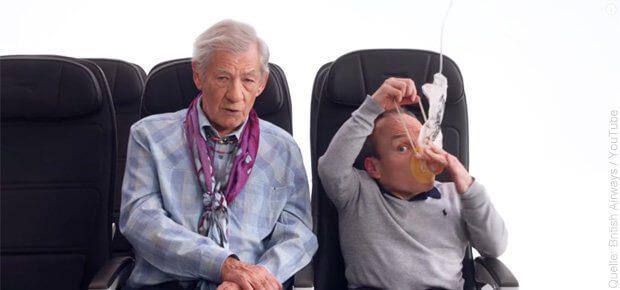 Im neuen British Airways Sicherheitsvideo, das ab 1. September 2017 in Flugzeugen des Anbieters zu sehen sein wird, werben Filmstars für Sicherheit beim Flug und für die Organisation Comic Relief. (Bild: British Airways / YouTube)