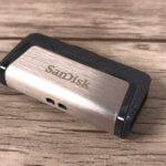 Sind alle Stecker eingeschoben, läßt sich der kleine USB-Stick risikofrei transportieren.