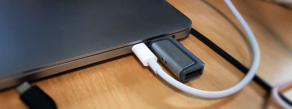 Schließt man den SanDisk Ultra Stick über den USB-C Port am MacBook Pro an, hat man immernoch genug Platz für den Ladestecker, der in den zweiten USB-C Port eingesteckt werden kann.