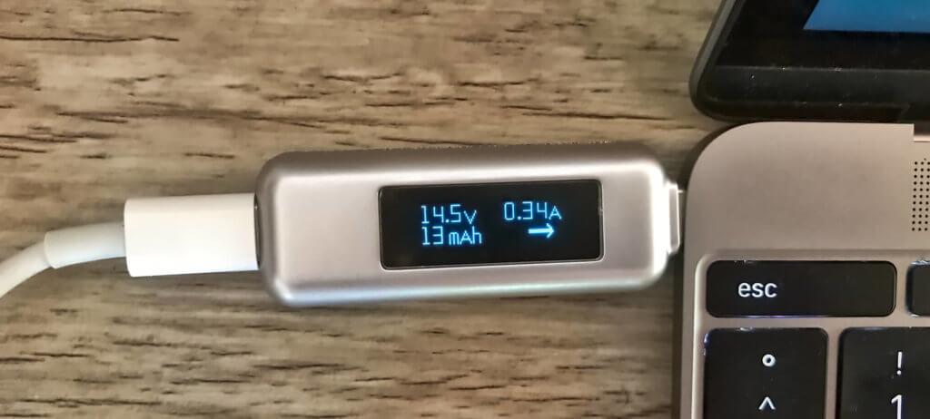 Wieviel Strom kommt beim MacBook an? Diese und andere Fragen lassen sich mit einem USB Multimeter relativ genau beantworten.