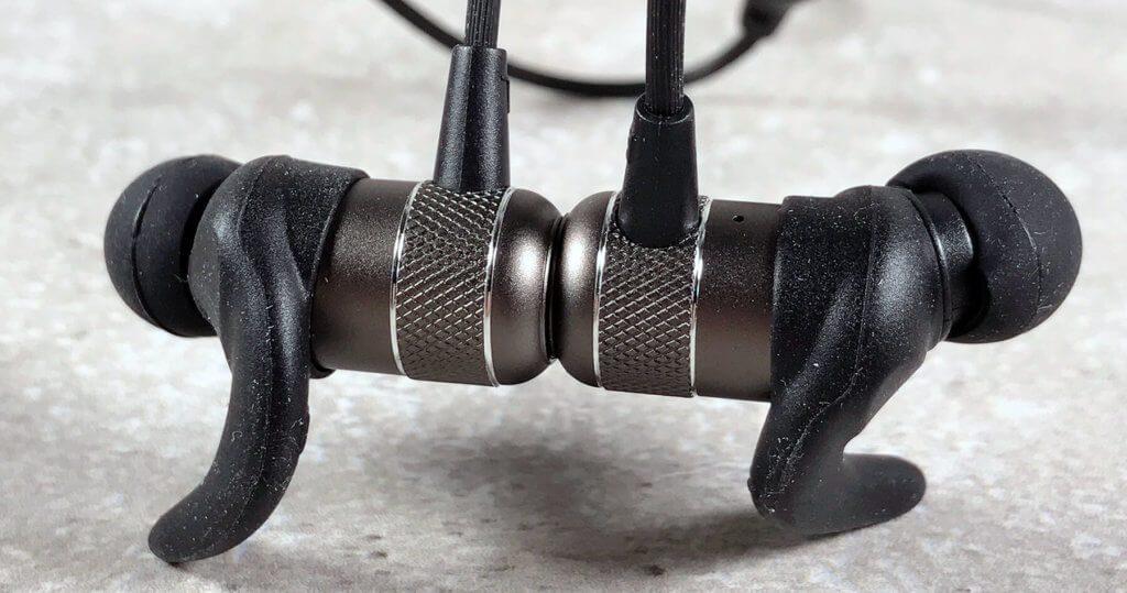 Durch die magnetischen Rückseiten halten die beiden Kopfhörerteile selbständig zusammen. So kann man sich den Kopfhörer schnell um den Hals hängen, wenn man ihn unterwegs kurz absetzen möchte.