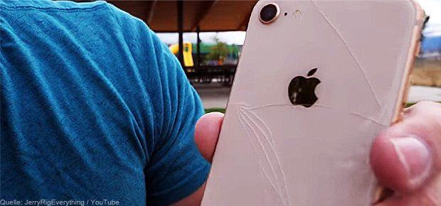 Die Glas-Rückseite des neuen Apple iPhone 8 ist zwar ausdauernd, aber nicht unzerstörbar. Wie die iPhone Reparaturkosten gestaltet sind, das erfahrt ihr hier. AppleCare