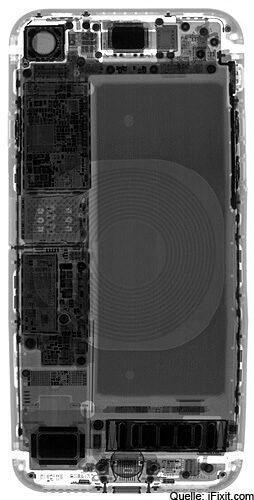 Röntgenaufnahme des Apple-Smartphones iPhone 8 - deutlich zu sehen ist die Induktionsspule fürs kabellose Laden mit Qi-Standard.