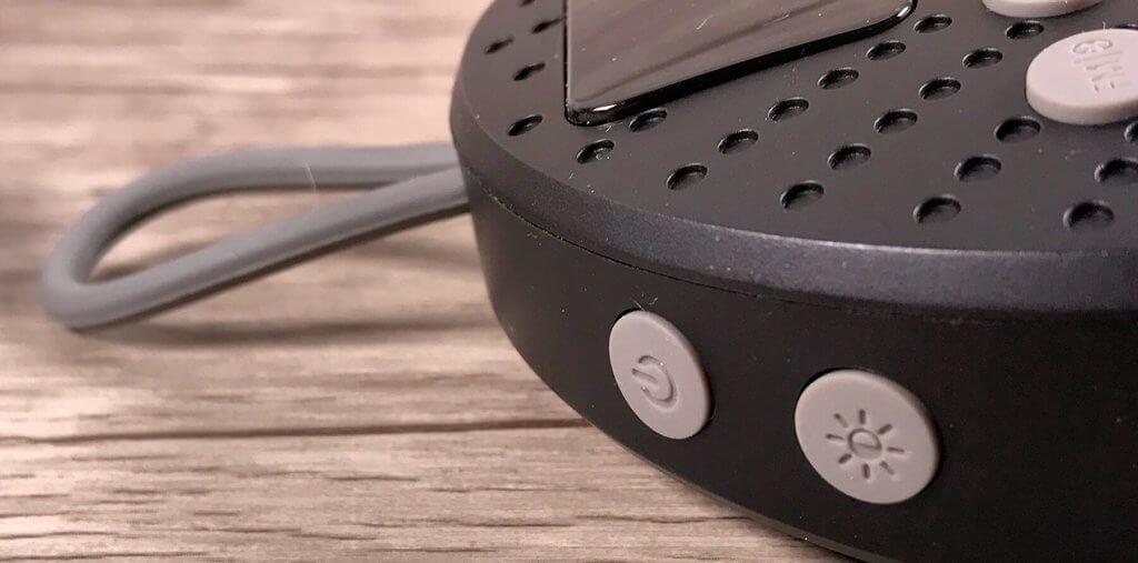 Die Bedienknöpfe sind am Rand sowie an der Front der Box verteilt. Die Gummierung der Buttons hilft beim Drücken der Knöpfe.