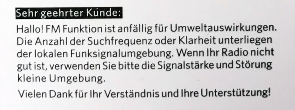An lustiges Deutsch in Anleitungen muss man sich gewöhnen. Aber im Prinzip versteht man, was sie meinen: Die Qualität des Radioempfangs hängt von der Umgebung ab. ;-)