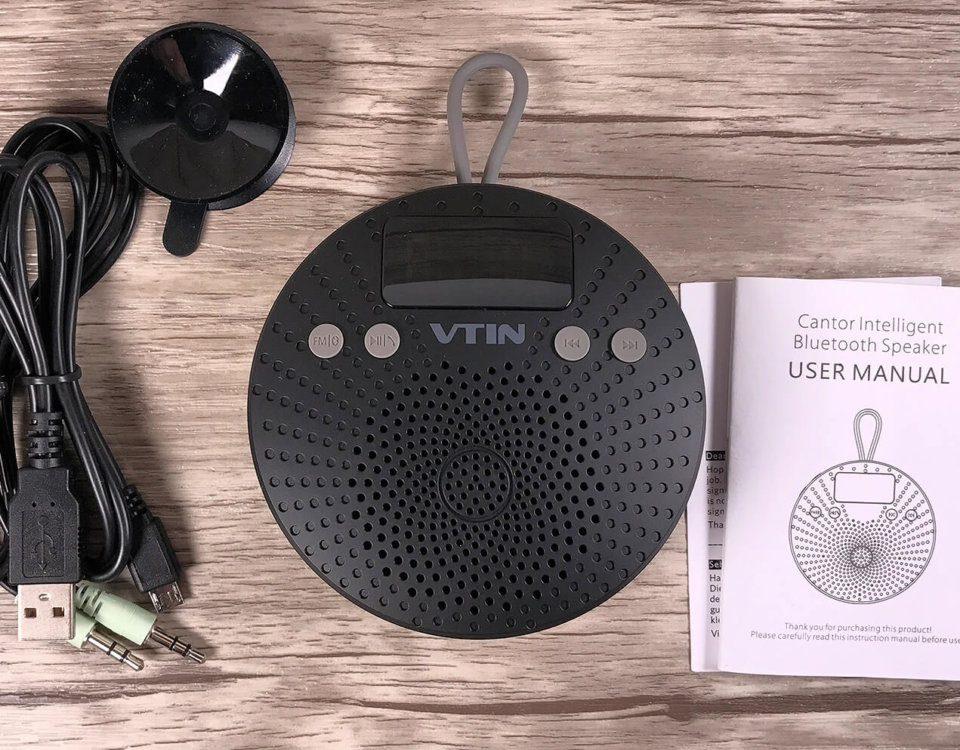 Der Lieferumfang: Duschradio, Kabel, Anleitung – und ganz wichtig: ein Saugnapf für die Befestigung in der Dusche!