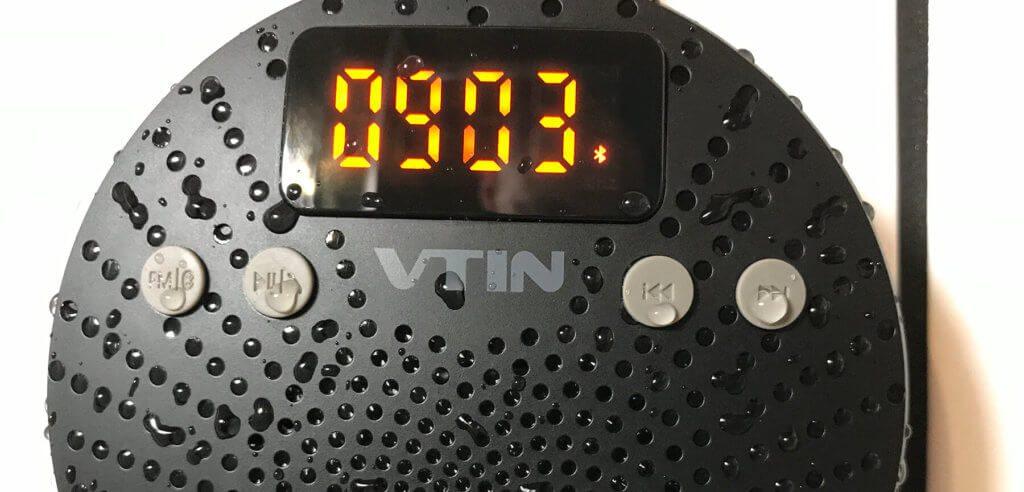 Das Strahlwasser der Dusche kann der Technik des VicTsing Cantor nichts anhaben, aber der Audioqualität tut es nicht gut, da die Wassertropfen die Löcher im Gehäuse abdecken oder Wasser auf der Lautsprechermembran die Schallübertragung stören.