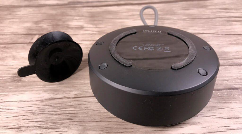 Die Rückseite des Duschlautsprechers ist mit einem gummierten Ring versehen, der auch auf nassen Oberflächen rutschhemmend wirkt.