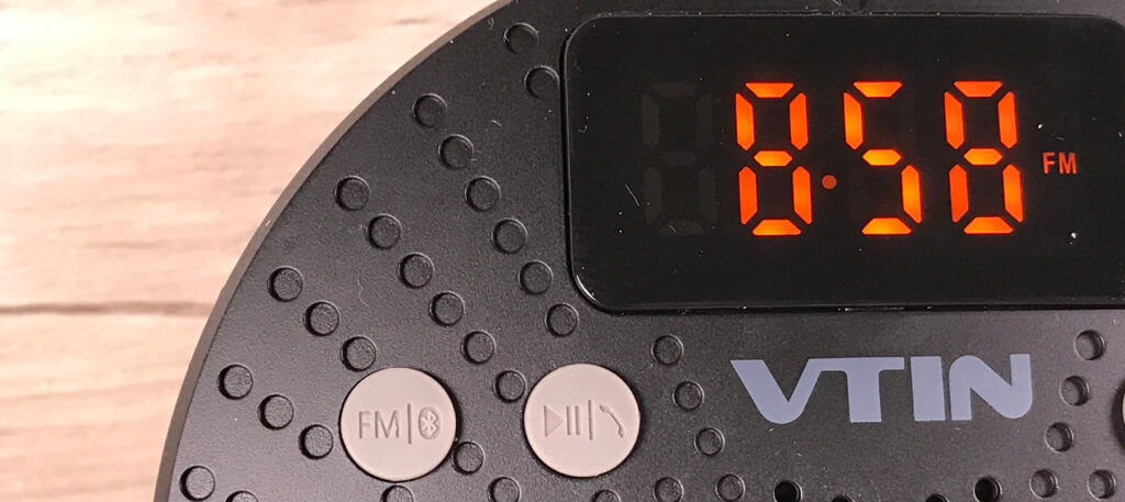 Die Anzeige der Uhrzeit spart nicht selten den Blick aufs iPhone, das man durch Kippen immer wieder aus dem Standby holen muss, um die Uhrzeit lesen zu können. Die gummierten Tasten erlauben auch mit nassen Fingern noch eine verlässliche Bedienung.