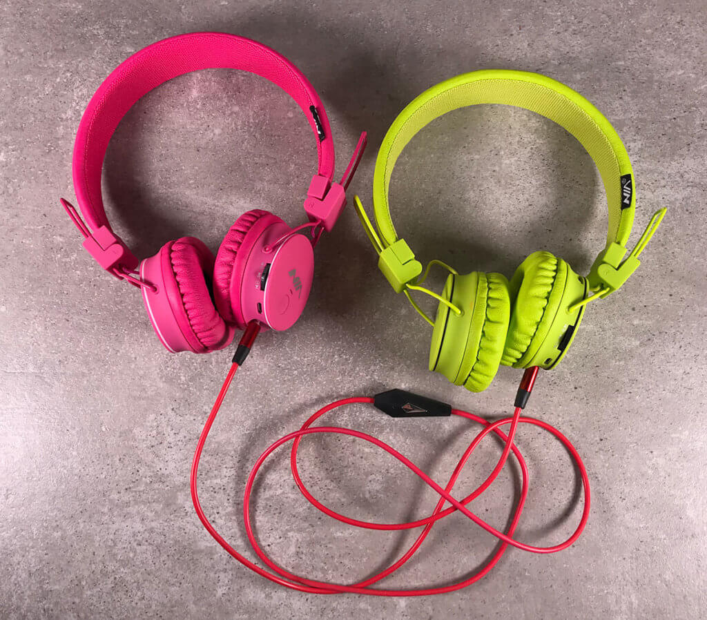 """Mit dem Audio-Sharing bzw. Music-Sharing-Feature lassen sich zwei Kopfhörer koppeln. Einer wird per Bluetooth verbunden und der andere hört quasi """"mit"""". Die Lautstärke kann man getrennt einstellen, was das Feature perfekt für lange Autofahrten machen, wenn man selbst mal über seine AirPods einen Podcast hören mag und die Kids aber auf Bibi und Tina bestehen. ;-)"""