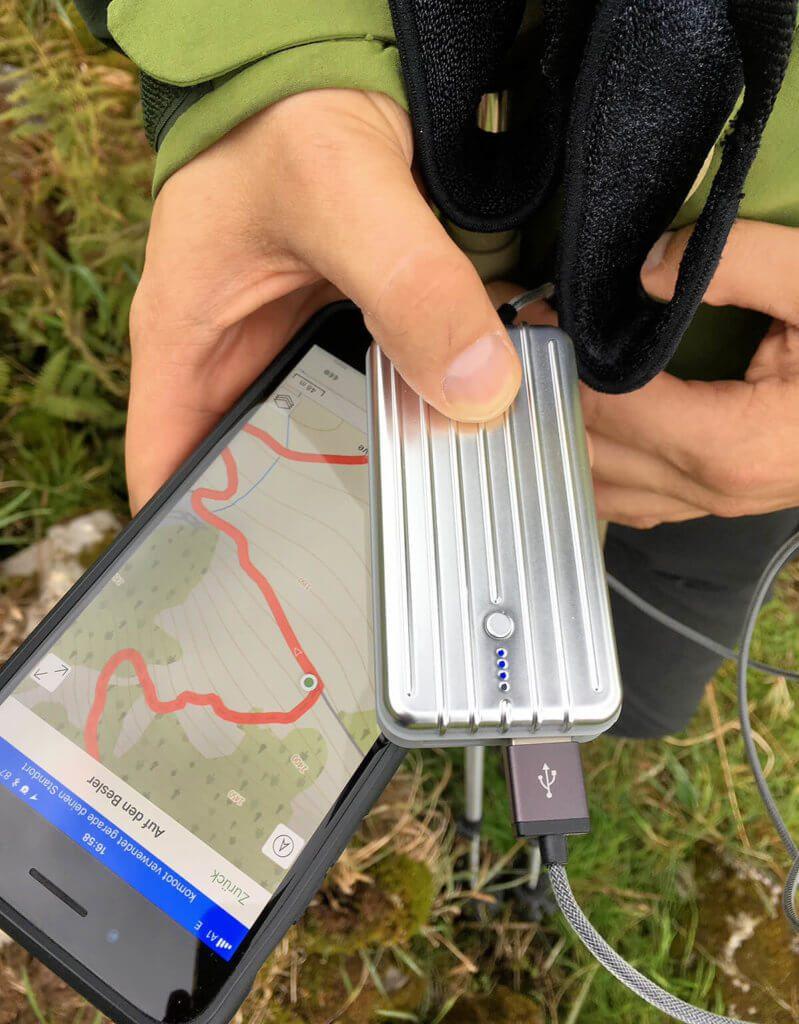 Mein Begleiter bei Wanderungen: Gerade wenn man auf der Hinfahrt schon die Autonavigation verwendet und dann mit Komoot die Wanderungen plant, ist der interne Akku selbst beim iPhone 7 Plus schnell am Ende. Hier hilft die Zendure Powerbank, damit man über den Tag kommt.