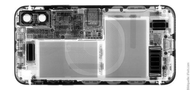 Das Röntgenbild zeigt die zwei Akku-Zellen des Apple iPhone X, die Kameras, mehrere Chips und Platinen sowie die Spule für kabelloses Laden.